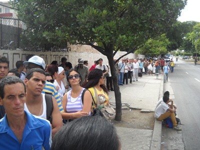 The line for the P-11 bus in Vedado.