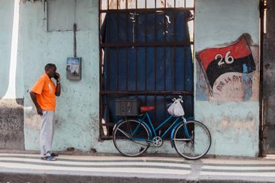 Telephone conversation.  Photo: Juan Suarez