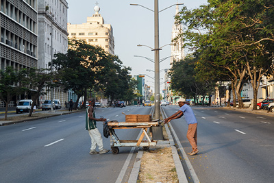 Crossing the avenue in Havana.  Photo: Juan Suárez