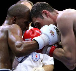 Welterweight (69kg) Roniel IGLESIAS SOTOLONGO Cuba Domadores (L) vs Andrei ZAMKOVOI Russian Boxing Team (R). Photo: http://www.worldseriesboxing.com