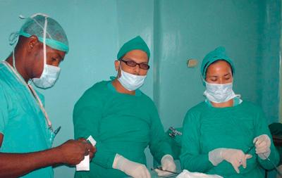 Daniel Noriega (c) in the operating room.