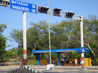 Alamar bus stop on the road to Matanzas.  Photo: Caridad  (yes we noted the doctored mileage to Varadero).