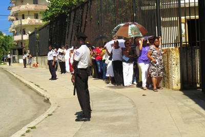 Out in front of the US Interests Section in Havana, soon to become the US Embassy.  Foto: Jorge D'strades
