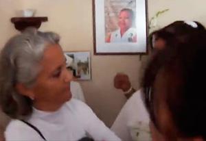 Alejandrina García de la Riva, acosada por intergrantes de las Damas de Blanco en la sede de la organización en La Habana, el pasado 16 de diciembre. Foto tomada del video.