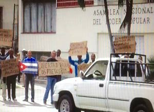 A group of dissidents protested last Thursday before the Cuban Parliament located in Havana's Playa municipality.