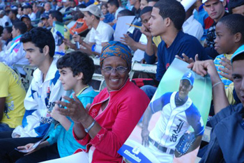 Cuban baseball fans at the Latinoamericano Stadium in Havana.  Photo: Elio Delgado Valdes.