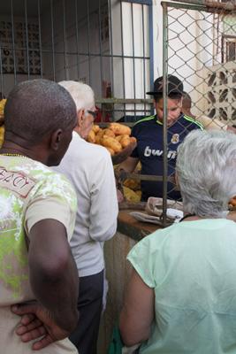 Buying potatoes.  Foto: Juan Suárez