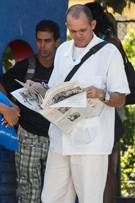 Médico con su periódico.  Foto: Juan Suárez