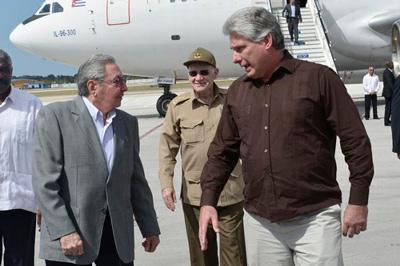 Raul Castro (izq) returns to Cuba on Tuesday March 3, welcomed by VP Miguel Diaz Canel.  Foto: Estudios Revolución