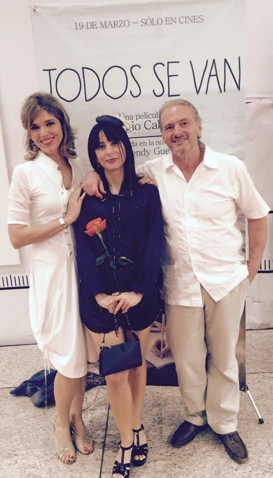 From left to right: Silvia Jardim, Wendy Guerra and Sergio Cabrera in front of a poster of Todos se van.