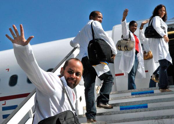 Cuban doctors leaving for Brazil.  Photo: cubahora.cu
