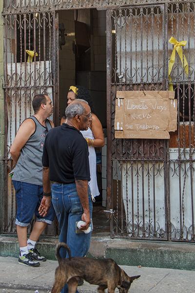 "A ""bodega"" store where Cubans by their rations.  Foto: Juan Suárez"