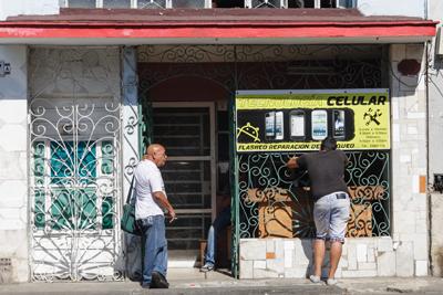 Cell phone repair business.  Photo: Juan Suarez