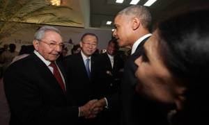 Raul Castro and Barack Obama shaking hands at the Summit of the Americas on April 10, 2015 in Panama. Ban Ki Moon looks on. Photo: telesur.net