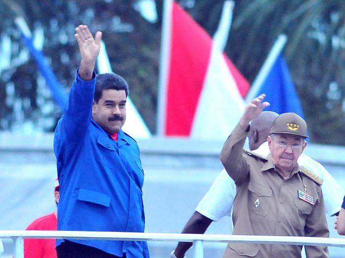 Nsicolas Maduro and Raul Castro observe the May Day parade in Havana on Friday morning.  Photo: Ricardo Lopez Hevia/cubadebate.cu