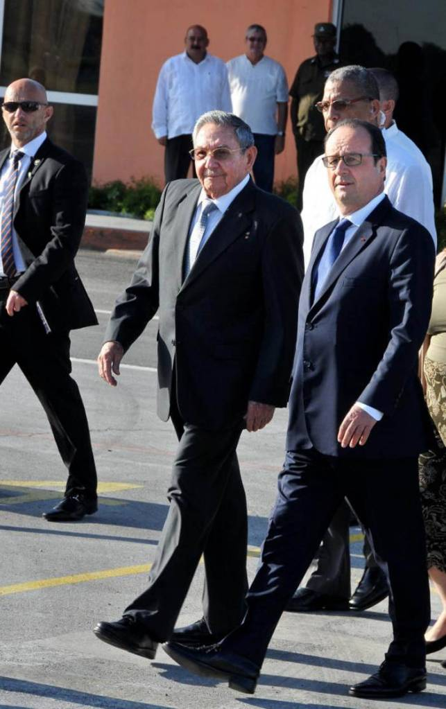 Raul Castro with Francois Hollande at the Havana Airport from where the French president departed for Haiti.  Foto: : Jorge Luis González / granma.cu