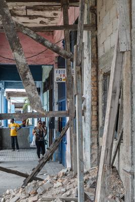 One of thousands of Havana buildings needing urgent repairs.  Foto: Juan Suarez