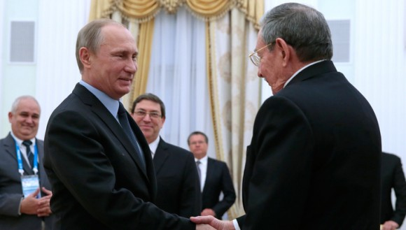 Vladimir Putin greets Raul Castro at the Kremlin on May 7, 2015.  Foto: TASS