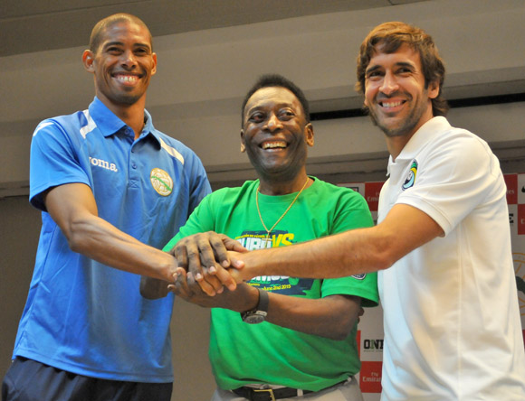 Raul Gonzalez of the NY Cosmos, Pele and  Yeniel Márquez, captain of the Cuban squad.
