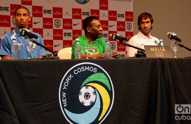 Jeniel Márquez, capitán del Cuba, en conferencia de prensa con Raúl y Pelé. /Foto: Yailín Alfaro