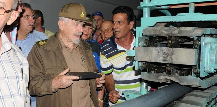 Ramiro Valdés Menéndez visits the cooperative.