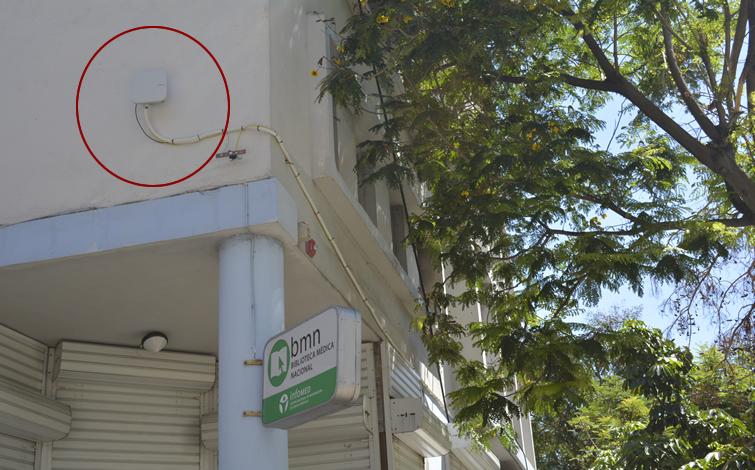 En la esquina de 23 y N, en la fachada de la Biblioteca Médica, hace pocos días fue instalada una antena para conexiones WiFi. En varias ciudades del país se han comenzado a implementar ya zonas WiFi. Hasta el 30 de junio dura una promoción de ETECSA para el pago de recarga de tarjeta Nauta, a 2.25 CUC la hora de conexión.