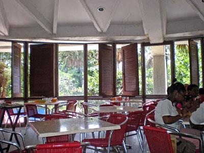 Empty tables despite long lines outside.