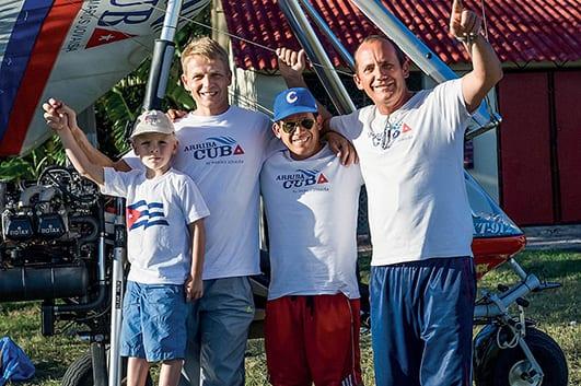 Jovaisa junto a su hijo, Vincent, y su equipo cubano: el piloto Roberto Gonzalez y el técnico Ariel Govin. Foto: Unseen Cuba