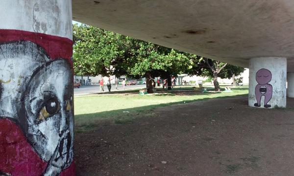 Graffitis-en-el-Puente-frente-al-Hospital-Armejeiras