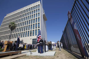 The flag goes up at the US embassy in Havana.  Photo: Ismael Francisco / cubadebate.cu
