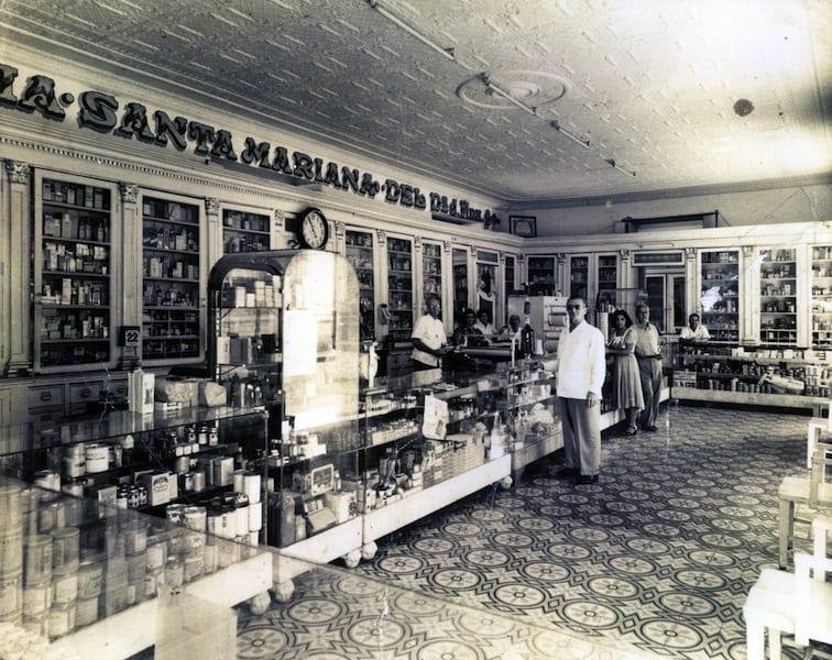 Farmacia de Fina - al costado del Ayuntamiento