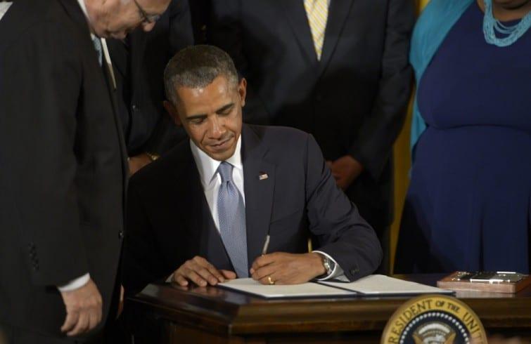 Obama firmando