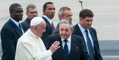 El papa Francisco y Raul Castro.