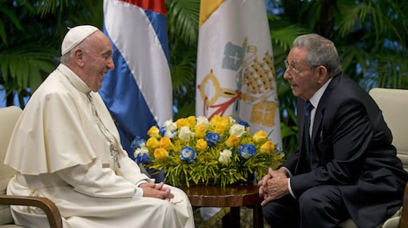 Pope Francis with Raul Castro on Sept. 20, 2015 in Havana. (Ismael Francisco/Cubadebate )