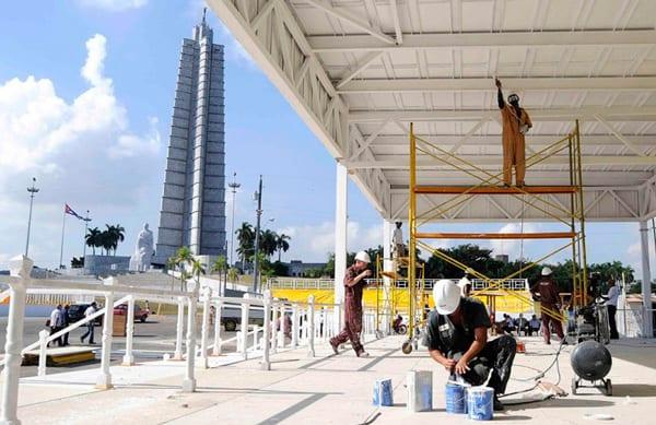 Obreros trabajan en la construcción del Estrado Papal, donde oficiará misa el Papa Francisco, en la Plaza de la Revolución, en La Habana, Cuba, el 24 de agosto de 2015. Foto: Roberto Morejón/AIN