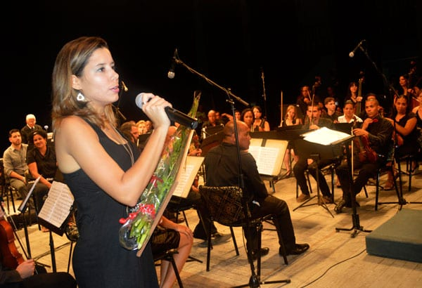 Wilma Alba with the Sinphony Orchestra.