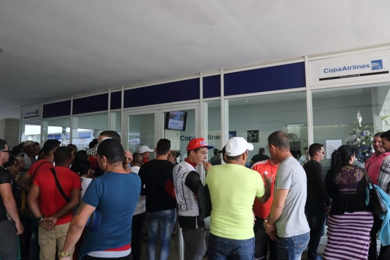 Cubans desperately looking for a refund from Copa Airlines. Foto: Juan Suárez