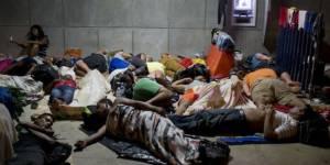 Cubanos descansando en Costa Rica cerca de la frontera con Nicaragua.
