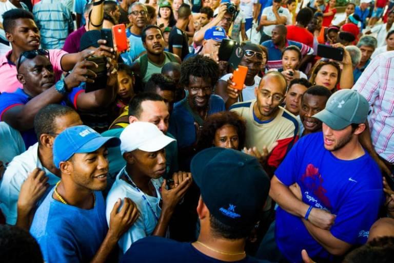 En el Parque Central de La Habana se habla de pelota y otros deportes. Foto: www.theplayerstribune.com