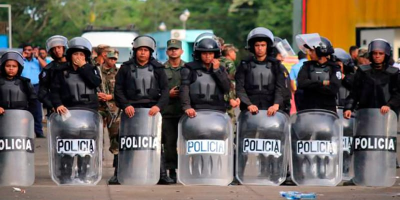 Nicaraguan police guarding against the entry of the Cubans.
