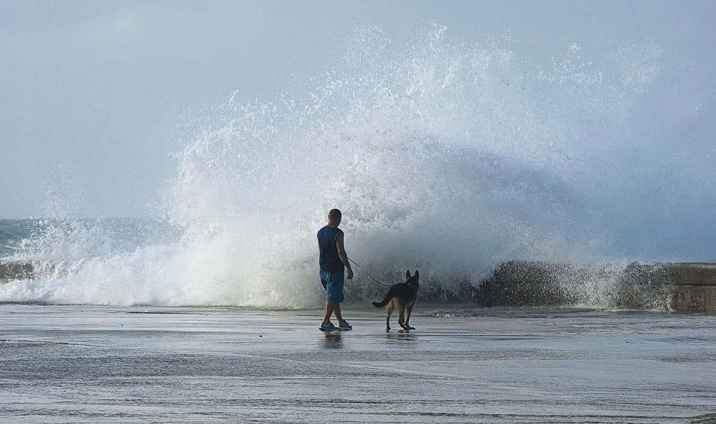 El 18 de enero fuertes olas en el malecón de La Habana provocan inundaciones en sus alrededores.