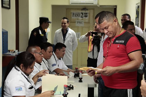 Once in El Salvador the Cubans received an expidited review of their documents. Photo: Salvadoran Foreign Ministry