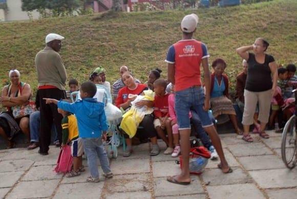 Santiago de Cuba residents took to the streets as a precaution. Photo: oto: Miguel Rubiera Justiz/ACN