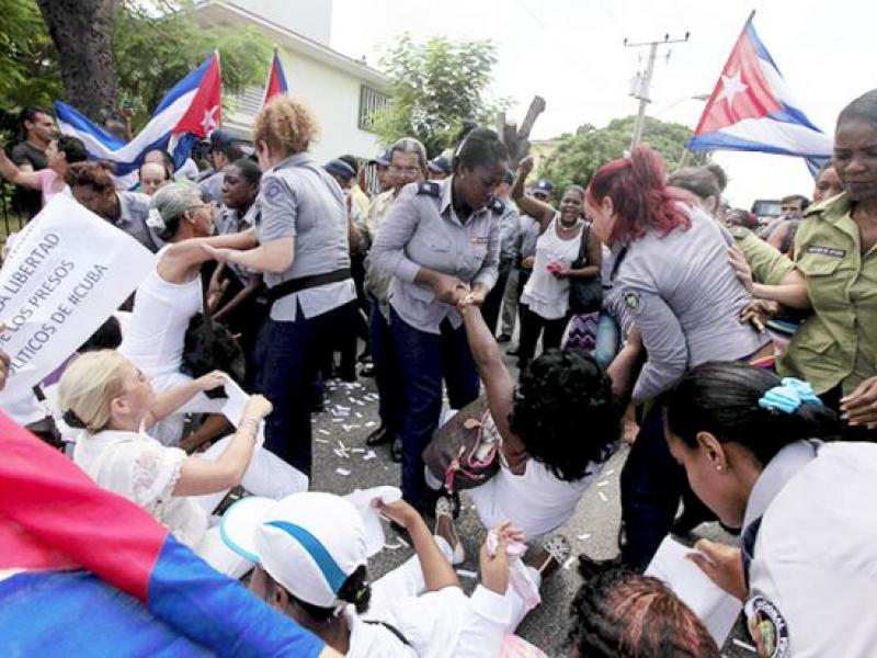A Ladies in White protest was dispersed and dozens arrested hours before Obama arrived to Cuba. Photo: Reuters/#TodosMarchamos