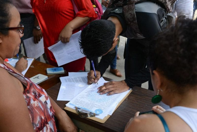 Students from the Central American University sign the rural population's initiative for repealing Law #840.