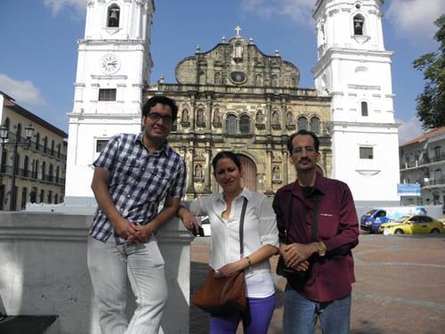 Frente a la catedral de la Ciudad de Panamá.
