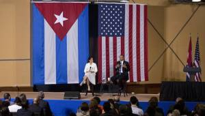 President Barack Obama, right, speaks during an event about entrepreneurship and opportunity for Cubans, with American broadcast journalist Soledad O'Brien at La Cerveceria in Havana, Cuba, Monday, March 21, 2016. Foto: Photo/Desmond Boylan/AP