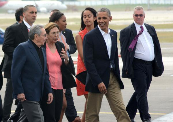 General/President Raul Castro bids farewell to President Obama. Photo: Juan Pablo Carreras/ACN