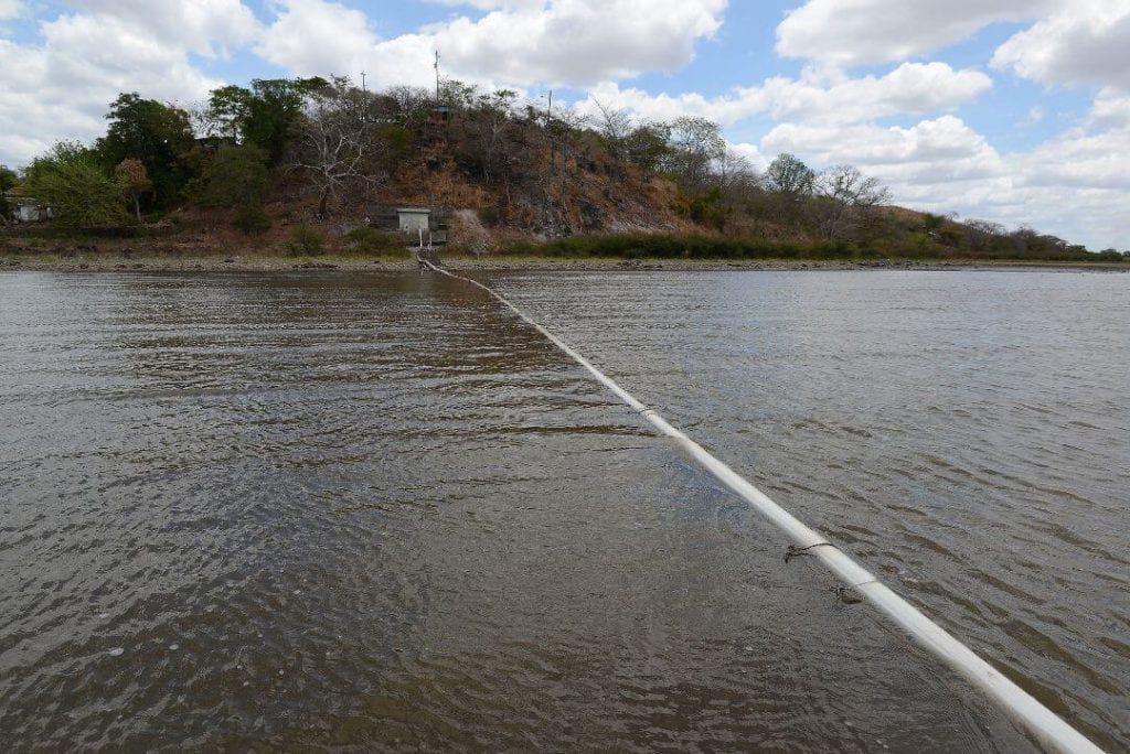 In Puerto Díaz, Juigalpa, Chontales, the pipe for drawing drinking water from the lake is now visible. Carlos Herrera / Confidencial
