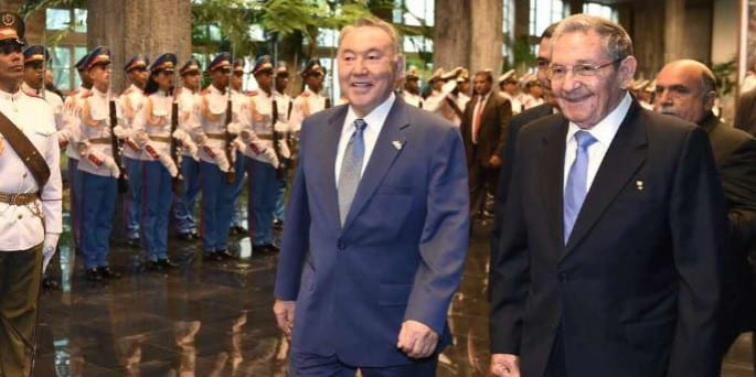 Raul Castro welcomes Kazakh President Nursultan Nazarbayev, in his first ever visit to Cuba.